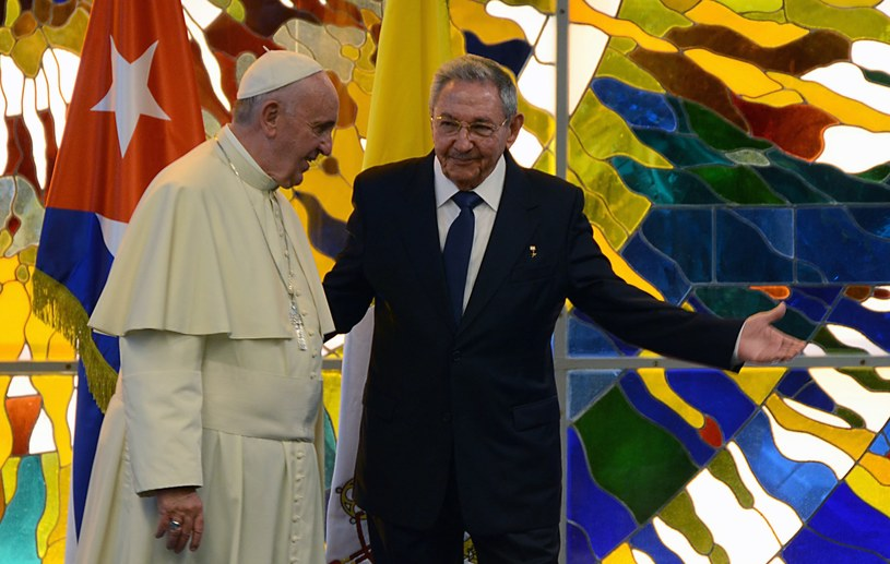 Papież spotkał się z przywódcą Kuby Raulem Castro /LUIS MONTES /AFP
