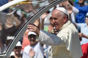 """Papież: To rodzaj trzeciej wojny światowej prowadzonej """"w kawałkach"""""""