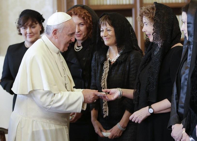 Papież wśród kobiet. Delegacja prezydenta Chorwacji na prywatnej audiencji /AFP