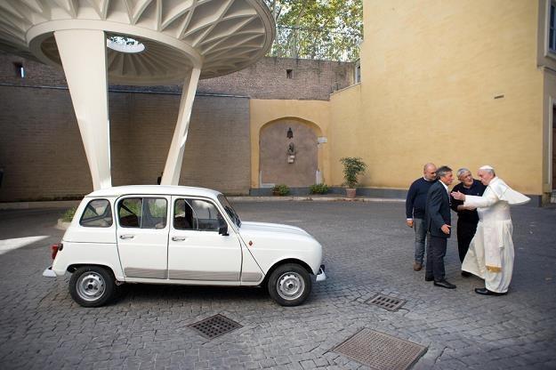 Papież ze swoim nowym samochodem / Fot: ABACA /East News