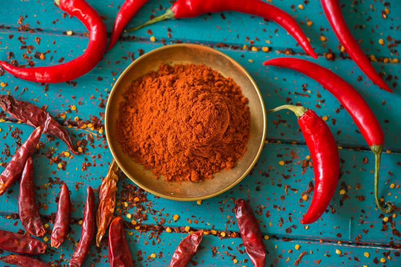 Papryczka chili nie tylko przydaje potrawom pikantności, ale też poprawia procesy trawienne /123RF/PICSEL