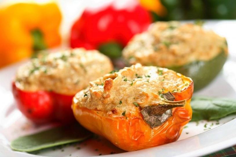 Paprykę możesz faszerować, mięsem mielonym, rybą, ryżem albo kaszą kuskus i serem /123RF/PICSEL