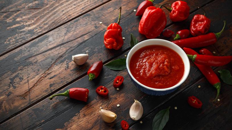 Paprykowy dip można jeść na wiele sposobów /123RF/PICSEL