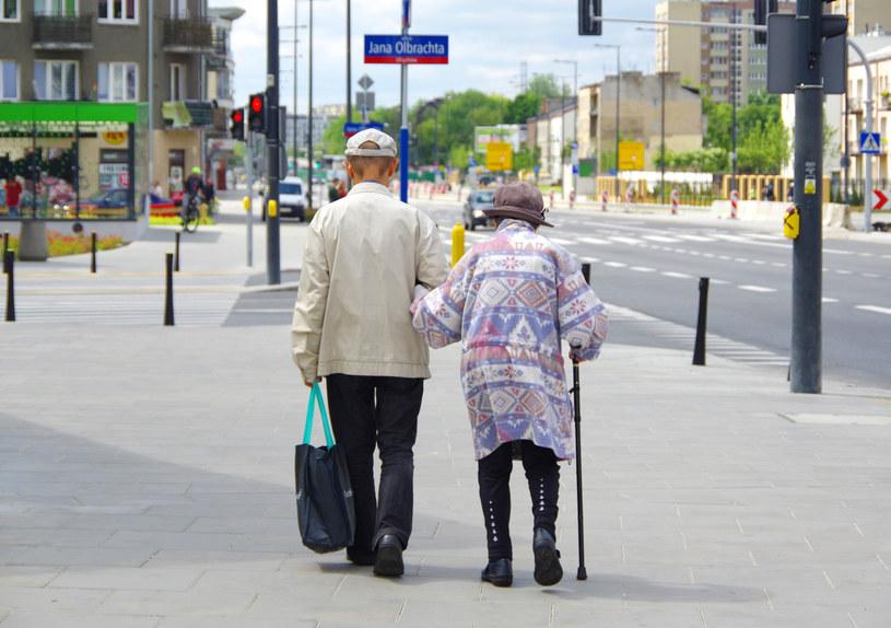 Para emerytów na spacerze, zdj. ilustracyjne /Marek Bazak /East News
