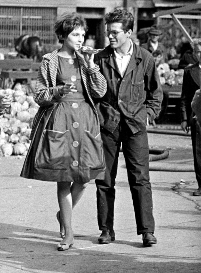Para filmowych aktorow na Gdanskim Rynku. Teresa Tuszynska i Zbigniew Cybulski w 1959 /Jan Kopec /Agencja FORUM