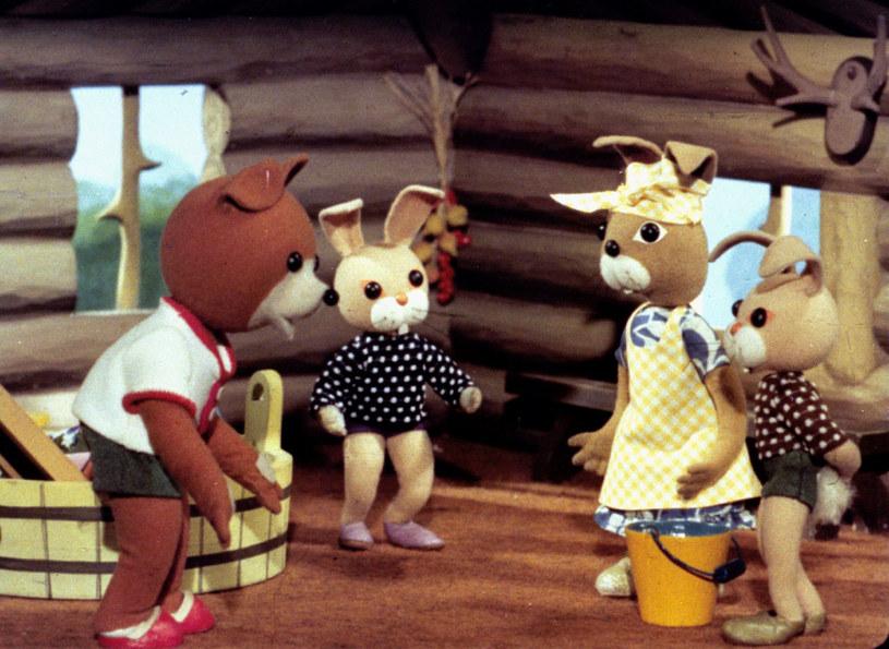 Para królików bliźniaków co rusz pakuje się w kłopoty, martwiąc tym swoją mamę. /TVP