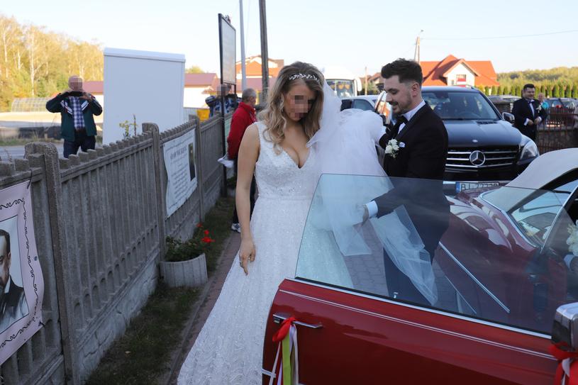 Para młoda przyjechała czerwonym autem /Anatol Chomicz /East News