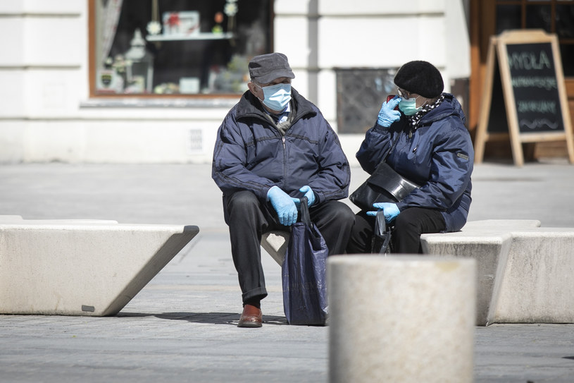 Para seniorów w maseczkach i rękawiczkach ochronnych, zdjęcie ilustracyjne /Jacek Szydłowski /Agencja FORUM
