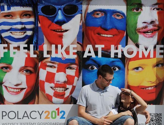 Para Wrocławian na tle plakatu promującego Euro, 7 czerwca 2012 /AFP