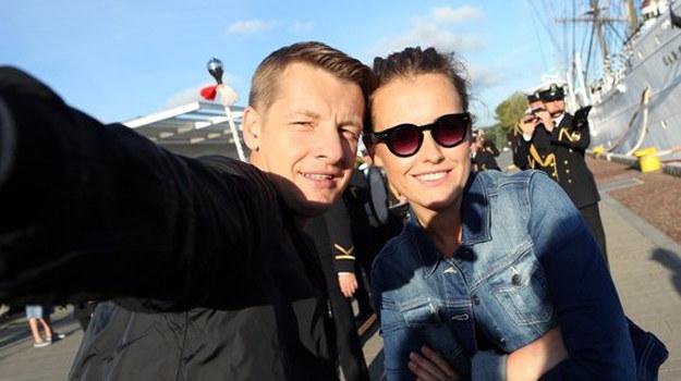 Para zrobi sobie selfie i wyśle je małej Basi. /www.mjakmilosc.tvp.pl/