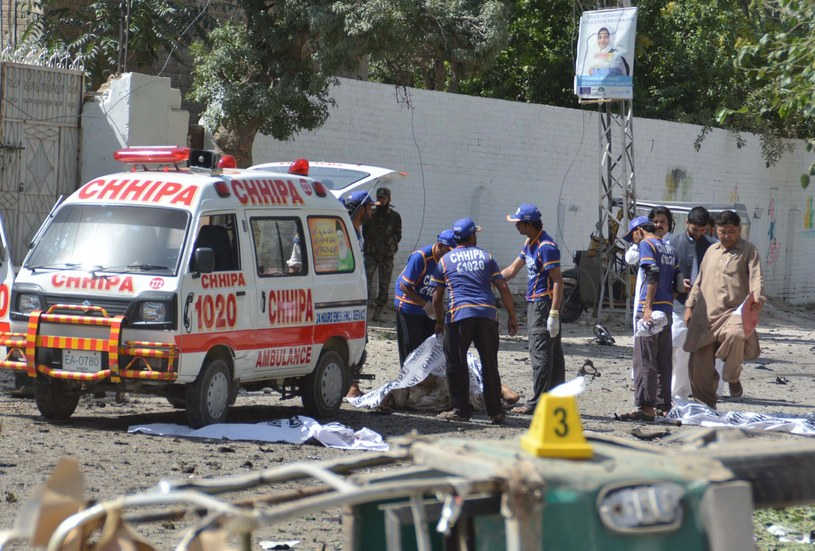 Parace pakistańskich ratowników po wybuchu samochodu-pułapki /JAMAL TARAQAI /PAP/EPA