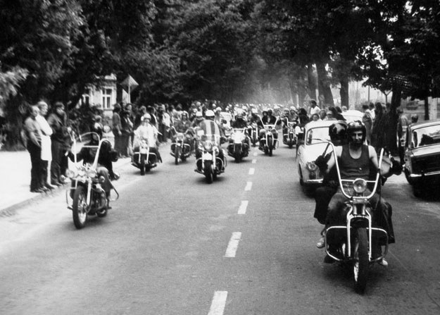 Parada setek motocykli Harley-Davidson podczas zlotu w Wolsztynie. Rok 1973 (archiwum Wojciecha Echilczuka) /INTERIA.PL