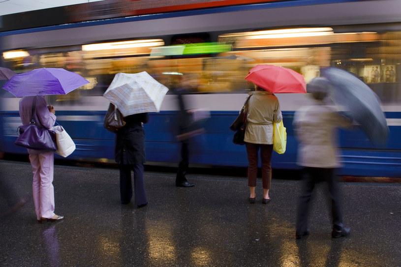 Parasole potrzebne są nie tylko na zewnątrz, ale tez w pociągach /AFP