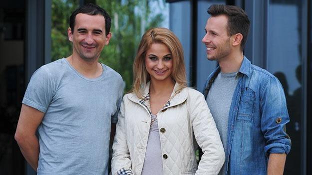 """Parę """"TzG"""" powitał na planie serialu inny uczestnik show Polsatu, Misiek Koterski - fot.B.Bogielczyk /materiały prasowe"""
