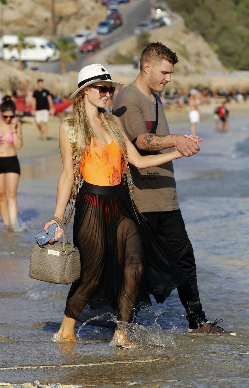 Paris Hilton i Chris Zylka na Mykonos /Agencja FORUM