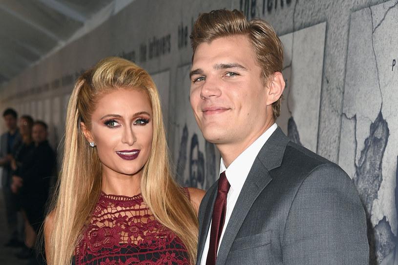 Paris Hilton i Chris Zylka /Getty Images