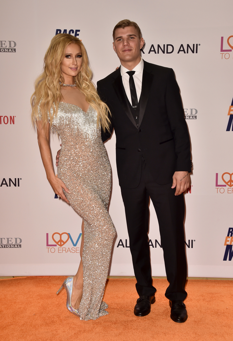 Paris Hilton i Chris Zylka /Alberto E. Rodriguez /Getty Images