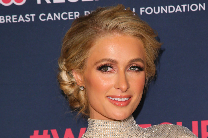 Paris Hilton twierdzi, że w szkole ją skrzywdzono /JEAN-BAPTISTE LACROIX/AFP /East News