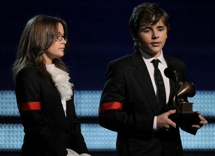 Paris i Prince Michael Jackson z nagordą Grammy dla swojego ojca - fot. Kevin Winter /Getty Images/Flash Press Media