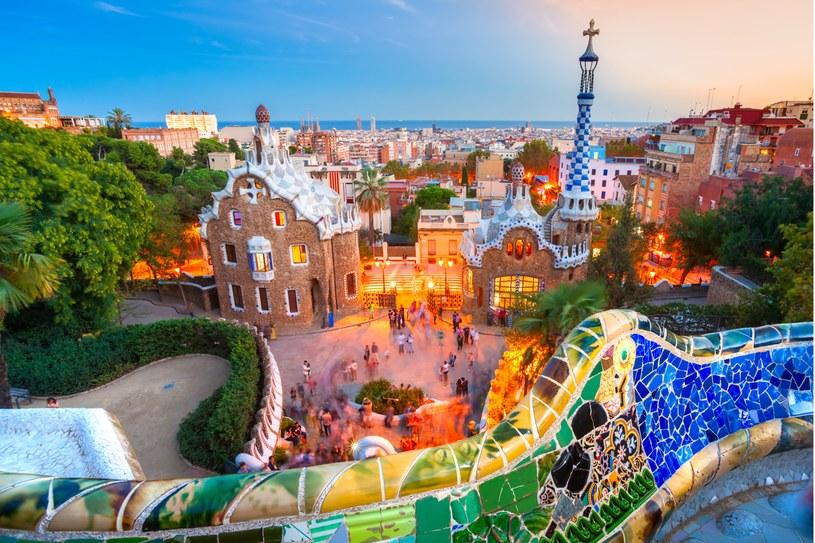 Park Guell kusi turystów zielenią  i kolorowymi mozaikami /123RF/PICSEL