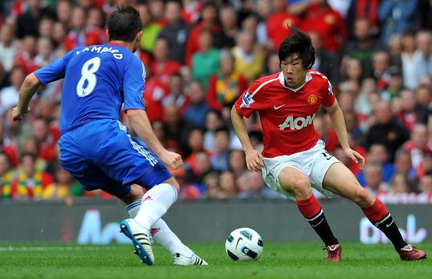 Park Ji Sung (z prawej) z Man Utd w pojedynku z Frankiem Lampardem z Chelsea /AFP
