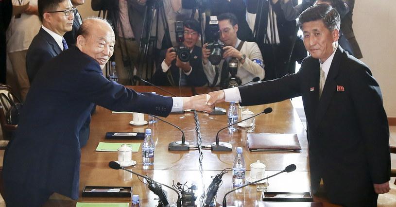 Park Kyung-seo, szef południowokoreańskiego Czerwonego Krzyża, rozmawiał z Pak Yong-ilem, wiceprzewodniczącym Komitetu ds. Pokojowego Zjednoczenia Korei Północnej o spotkaniu rozdzielonych w wojnie rodzin /EPA/KOREA / POOL  /PAP
