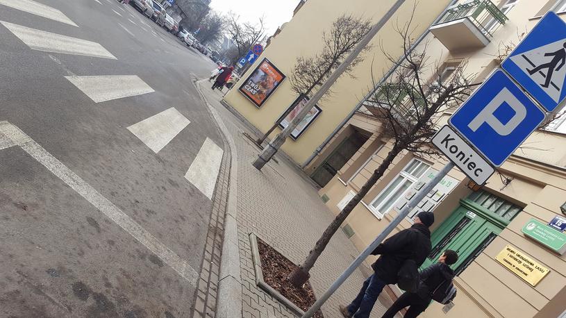 Parking kończy się niemal na równi z przejściem /INTERIA.PL