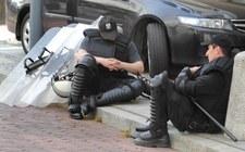 Parkowanie na chodnikach ułatwiało służbom obserwację opozycji