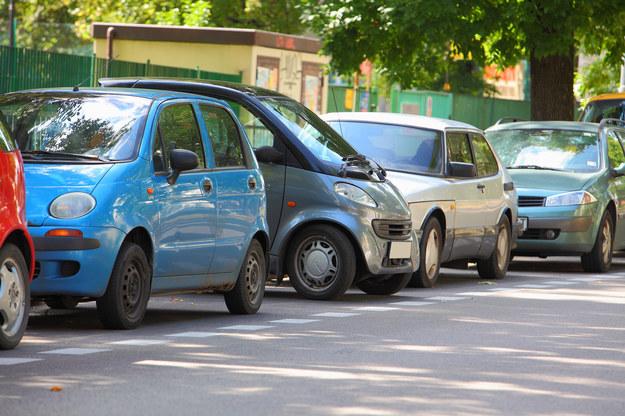 Parkując na jezdni trzeba ustawić pojazd jak najbliżej krawężnika, a co najważniejsze – równolegle do niego. Parkowanie prostopadłe jest zakazane. /Motor