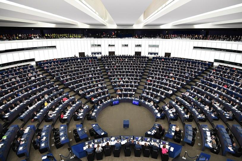 Parlament Europejski poparł zakaz plastikowych opakowań i sztućców /FREDERICK FLORIN /AFP