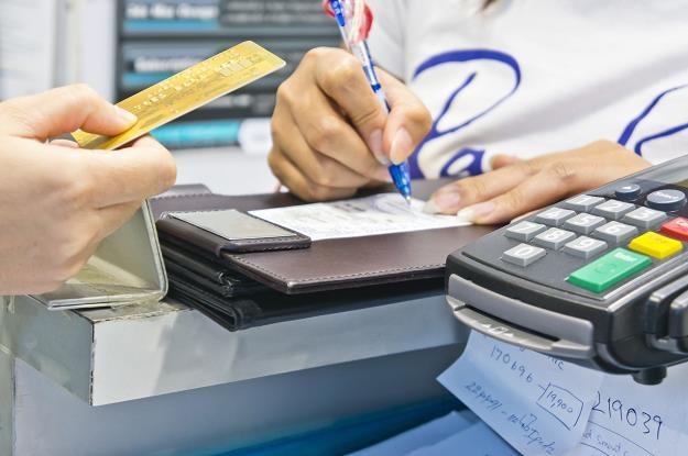 Parlament Europejski pracuje nad obniżeniem opłat za transakcje kartą. Mają spaść poniżej 0,5 proc. /©123RF/PICSEL