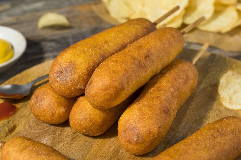 Parówki w cieście to ciekawa alternatywa dla tradycyjnych hot dogów /123RF/PICSEL