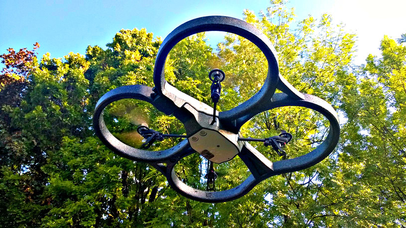 Parrot AR.Drone 2.0 - już dawno nie bawiliśmy się lepszym gadżetem /INTERIA.PL