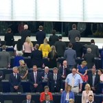 Partia Brexit odwrócona plecami w trakcie hymnu UE