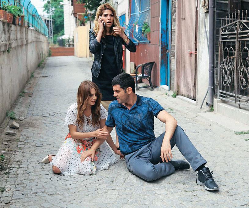 """Partnerki Keremcema z """"To moje życie!"""": Ceren Moray (stoi) i Ezgi Asaroğlu /Kurier TV"""