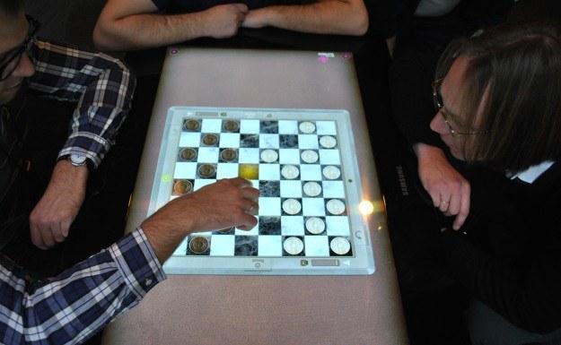 Partyjka w cyfrowe warcaby na Surface 2.0 - za kilka lat będziemy  grać w gry na kuchennym stole /INTERIA.PL