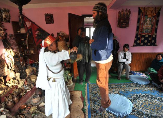 Parvati Rai i Mohan Rai odprawiają rytuał szamanistyczny /AFP
