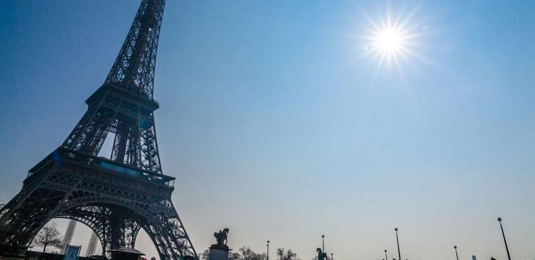 Paryską wieżę Eiffla można do woli fotografować za dnia /123RF/PICSEL