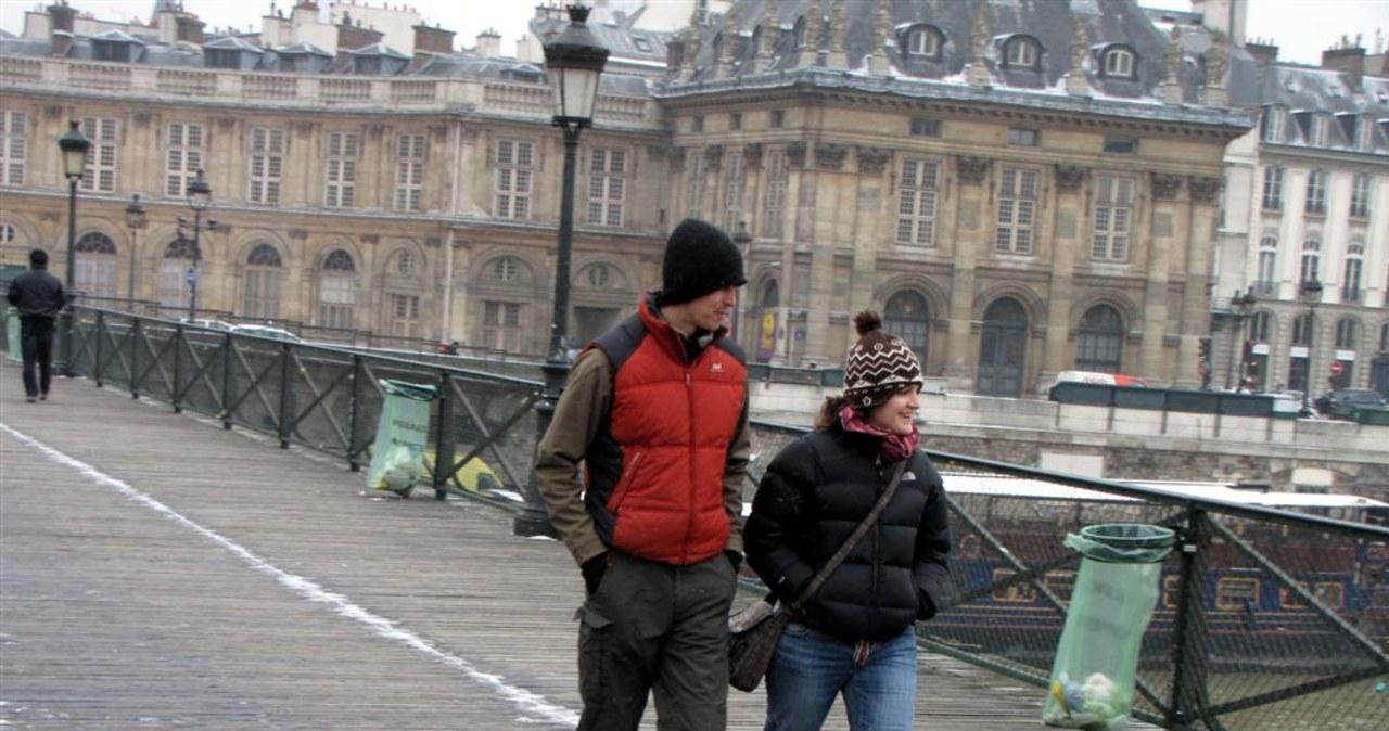 """Paryski """"Most Zakochanych"""" świeci pustkami"""