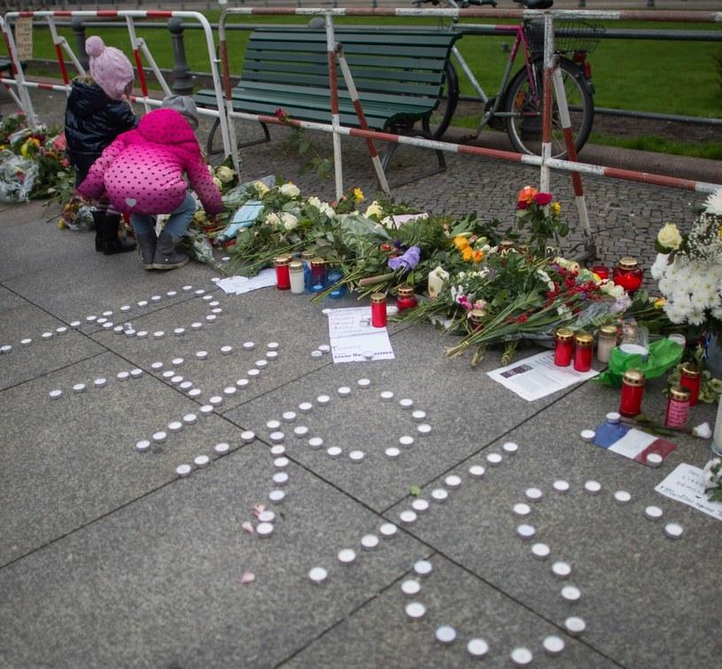Paryż jest w szoku po tragedii /PAP/EPA