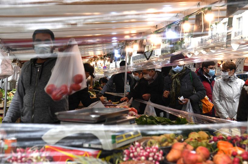 Paryżanie robią zakupy w czasie drugiego lockdownu /ALAIN JOCARD /AFP