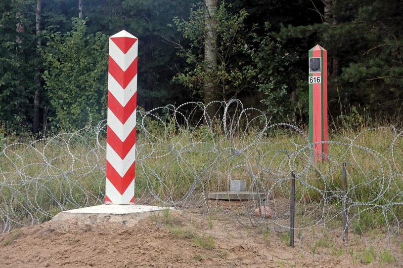 Pas drogi granicznej na polsko-białoruskiej granicy w Kopczanach / Artur Reszko    /PAP
