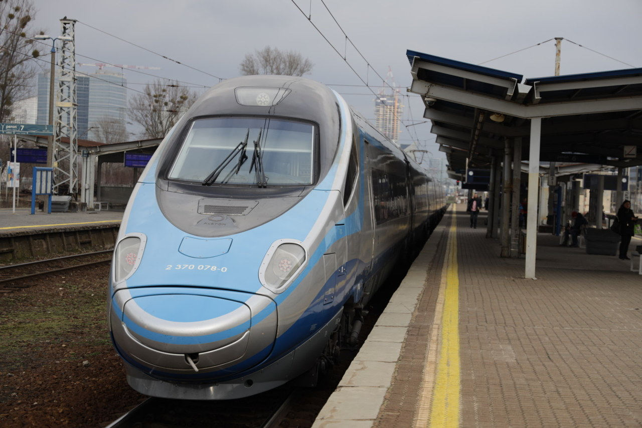 Pasażer z zatrzymanego pociągu został zwolniony. Nie jest w grupie ryzyka