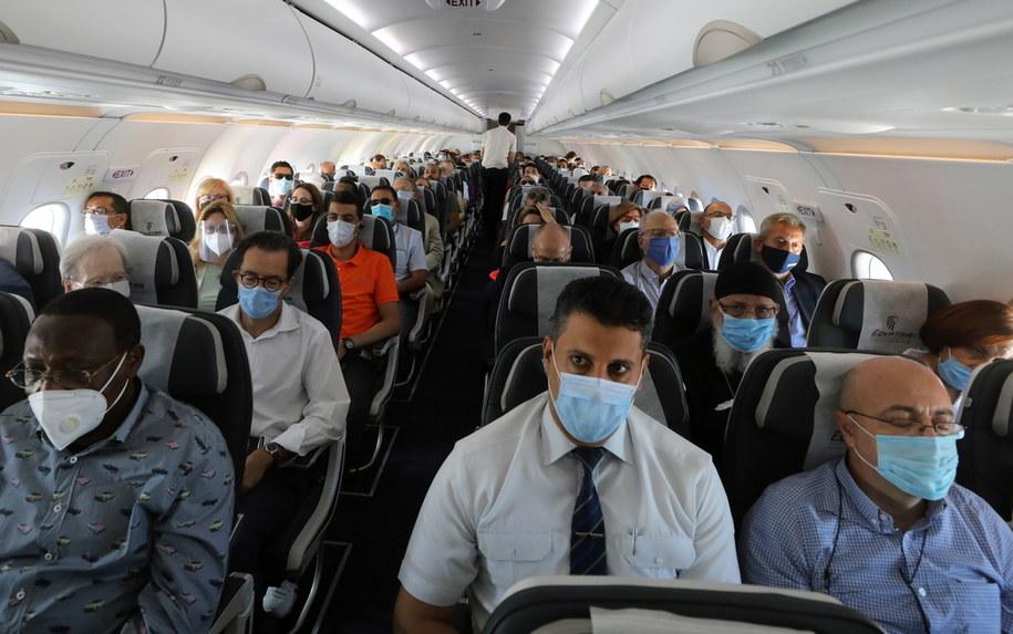 Pasażerowie muszą przebywać na terenie samolotu w maseczkach /KHALED ELFIQI   /PAP/EPA