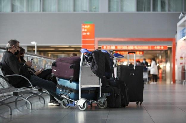 Pasażerowie na Lotnisku Chopina w Warszawie. Zdjęcie ilustracyjne / Leszek Szymański    /PAP