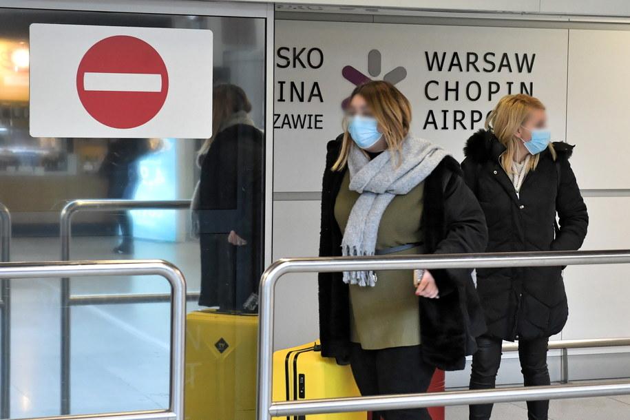 Pasażerowie na lotnisku Chopina w Warszawie / Radek Pietruszka   /PAP