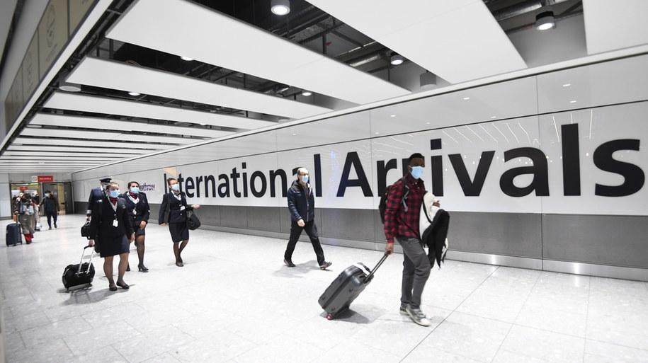Pasażerowie na lotnisku Heathrow /FACUNDO ARRIZABALAGA /PAP/EPA