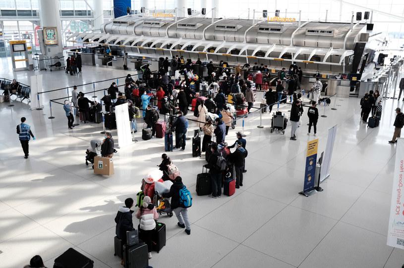 Pasażerowie na lotnisku im. Johna F. Kennedy'ego w Nowym Jorku /Spencer Platt /Getty Images