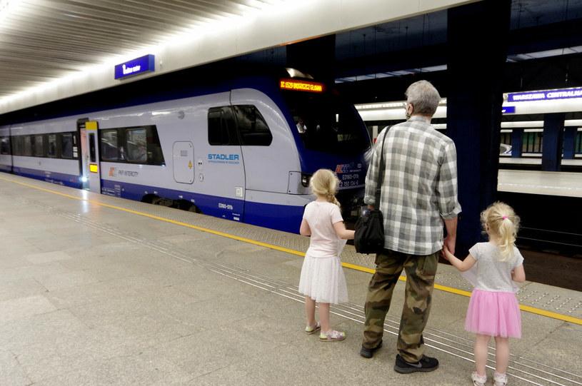Pasażerowie nadal powinni zasłaniać usta i nos maseczką /Marek Bazak /East News