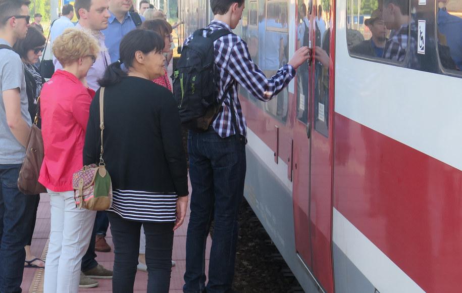 Pasażerowie narzekają na przepełnione pociągi /Jacek Skóra /RMF FM